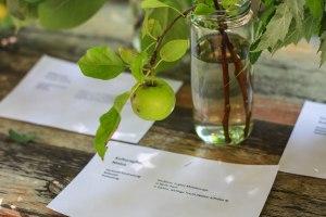 """An einem Stand wurden ein paar Pflanzen näher beschrieben und in Gläsern """"ausgestellt""""."""