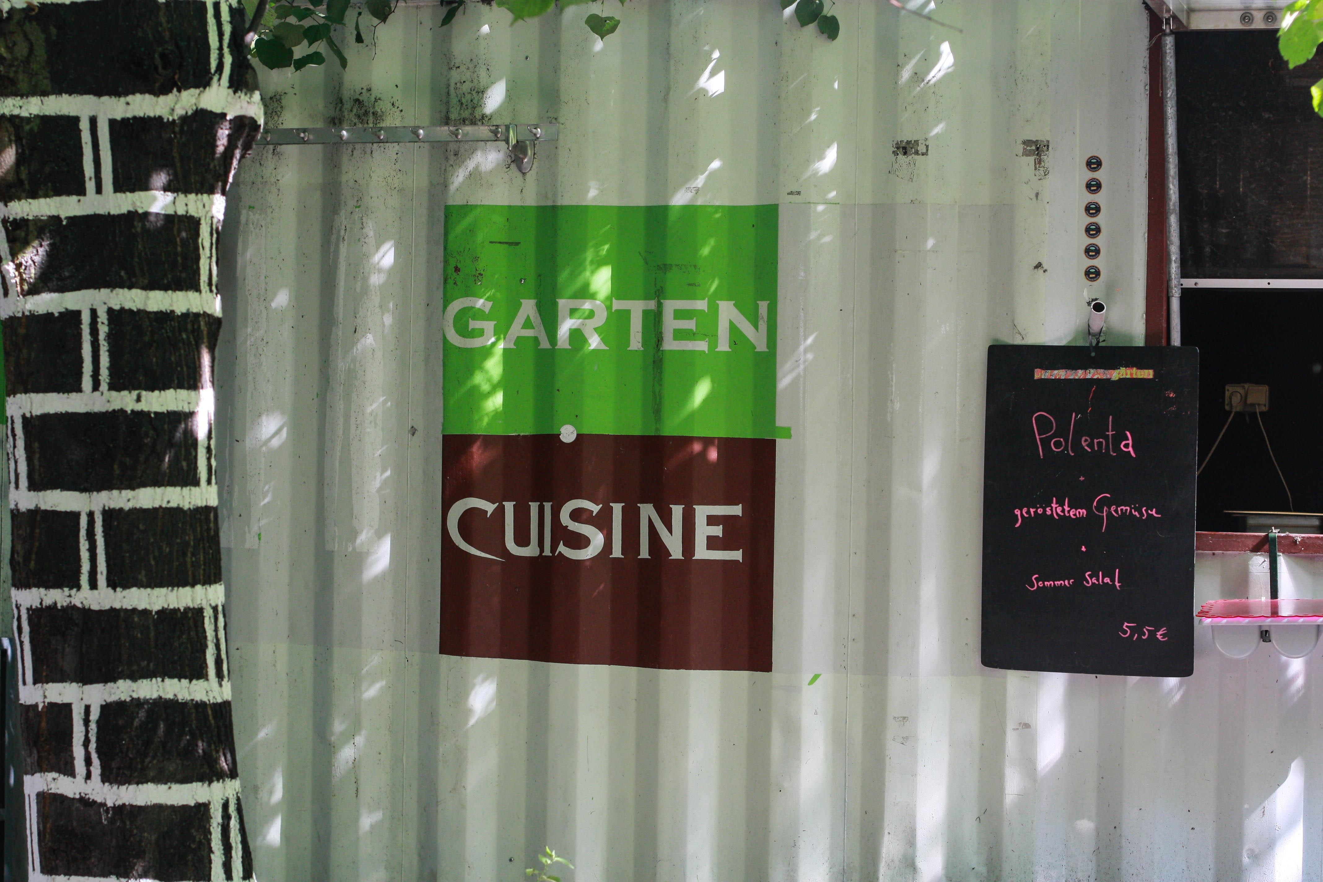 Gartenküche mit vielen Leckereien