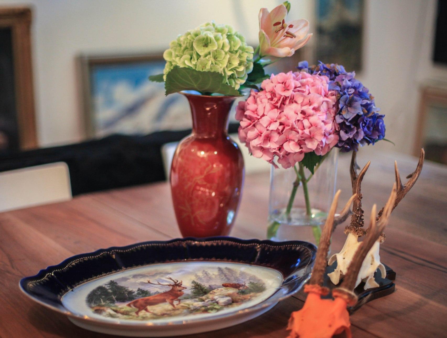 Im Blumenjäger gibt es auch Vintagevasen und kunstvoll bemalte Geweihe.