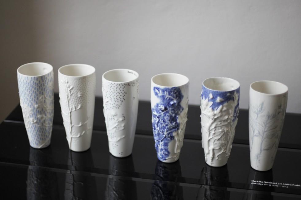 Blau-weiße Keramikvasen.