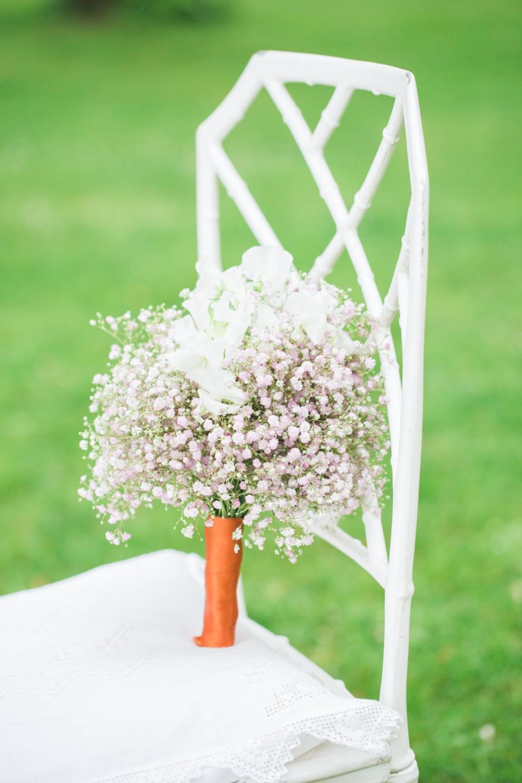 Ein in Weiß gehaltener Brautstrauß.