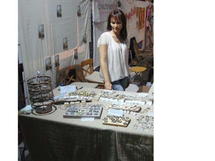 """Andrea Ellmauer mit ihrem Label steinbienchen auf dem Dawanda Designmarkt in München (Sommer 2014): """"Letzter prüfender Blick vor dem Messestart"""""""