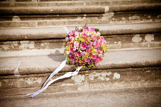 Der Brautstrauß kann bunt sein, aber auch einfarbig.