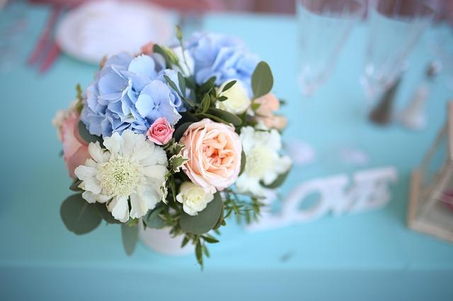 Blumenstrauß in einer Vase für die Tischdeko zur Hochzeit.
