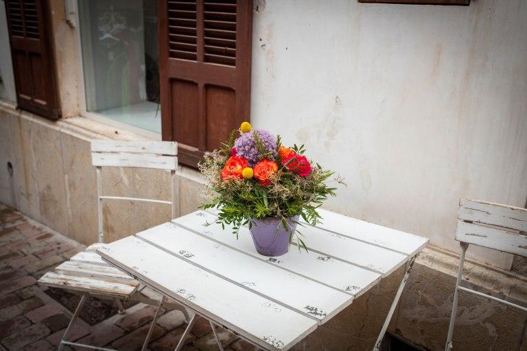 Nette Blumendeko vor einer Galerie in Arta.
